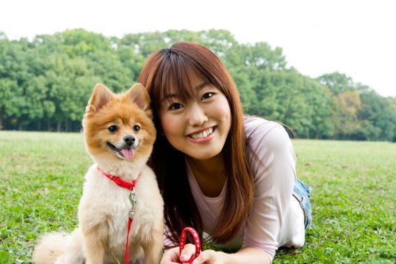 飼い主と記念撮影する犬