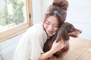 若い女性と愛犬