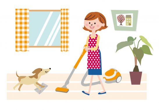 掃除をする飼い主と犬
