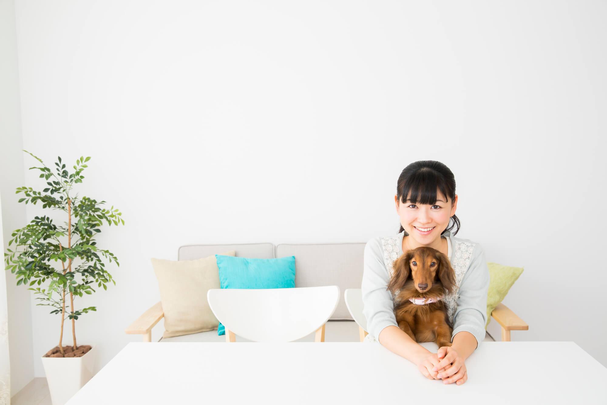 室内にいる飼女性と愛犬