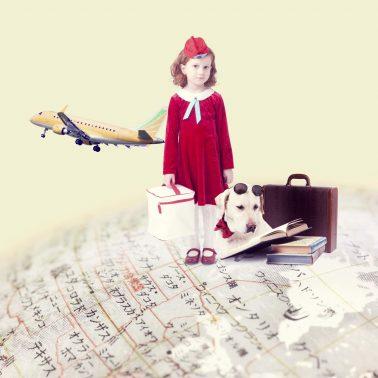 地球に乗る少女と犬