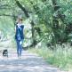 女性ペットシッターが散歩